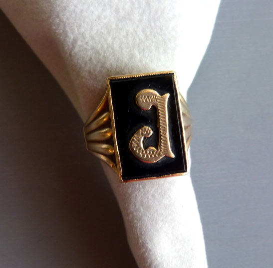 """RING 9 karat yellow gold ring with the applied initial """"J"""""""