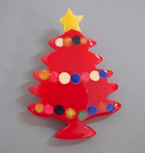 SHULTZ bakelite Christmas tree brooch in red