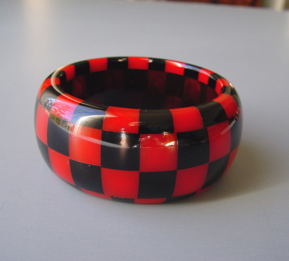 SHULTZ bakelite 4 row check bangle book piece 1980s