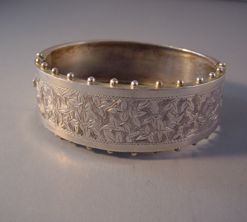 VICTORIAN sterling hinged bangle with beaded edges, 1880s