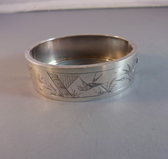 VICTORIAN Aesthetic sterling silver hinged bangle 1880s