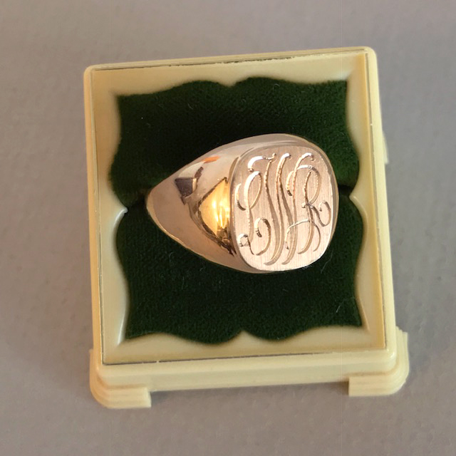 """RING 10 karat yellow gold signet ring with the engraved initials """"LWR"""""""