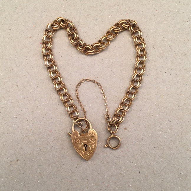 BRACELET 9ct yellow gold charm bracelet with padlock, marked in two places GJLd 9 375
