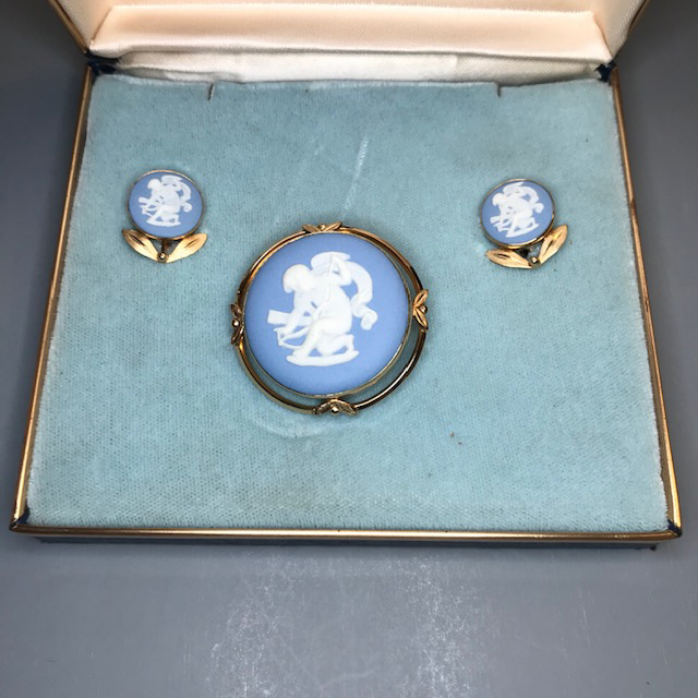 VAN DELL'S Wedgwood Cherub or Cupid cameo set in blue and white with box
