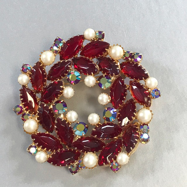 JULIANA Delizza & Elster (D&E) style wreath brooch with red marquis rhinestones
