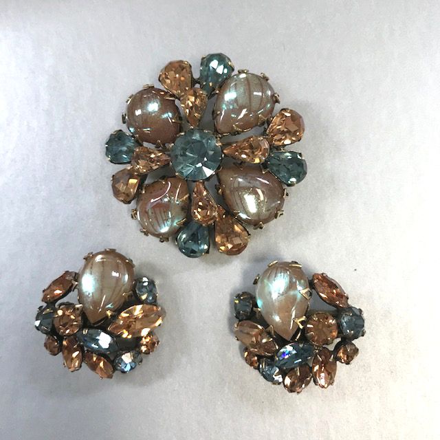 REGENCY saphiret brooch and earrings with the brown blue saphiret teardrop shaped cabochons