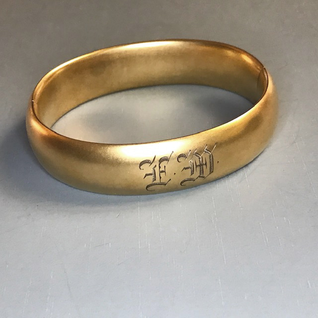 MATTE finish hinged bangle bracelet in gold colored metal, engraved with the initials EM on the front and USA 1914